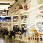 новогоднее украшение магазина внутри
